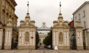 Na zdjęciu widać bramę Uniwersytetu Warszawskiego