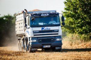 Kierowca ciężarówki w trakcie pracy